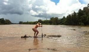 Житель Австралии прыгнул в реку с гребнистыми крокодилами.