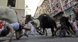 В традиционном забеге с быками в городе Памплона (Испания) пострадало более 50 человек