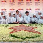 В Екатеринбурге ветеранов в честь «23 февраля» угостили трёхметровой съедобной поздравительной открыткой.