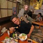 Официанты обезьяны прославили новый японский ресторан на всю страну