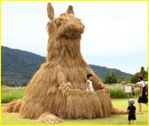 Соломенные скульптуры на празднике японских фермеров. Интересные фото